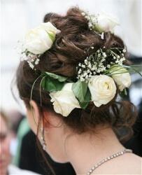 Прическа на свадьбу высокая с цветами