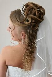 Высокая прическа на свадьбу с распущенными волосами
