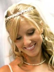 Прическа на свадьбу с аксессуарами - диадемой