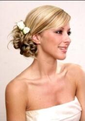 Короткая свадебная прическа с цветами